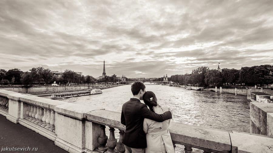 влюбленные в Париже - красивый вид на Сенну и Эйфелеву Башню