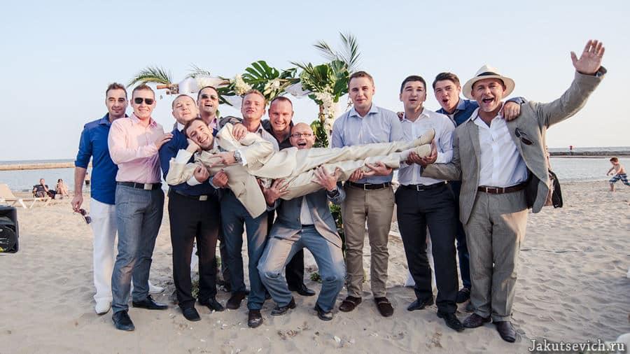 Свадьба на пляже в Испании - жених и друзья