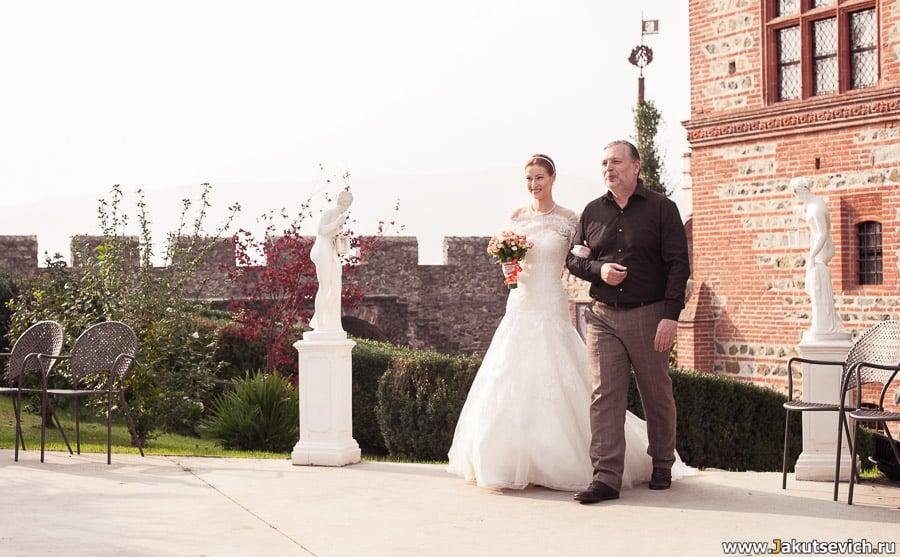 Невеста идет к алтарю с отцом