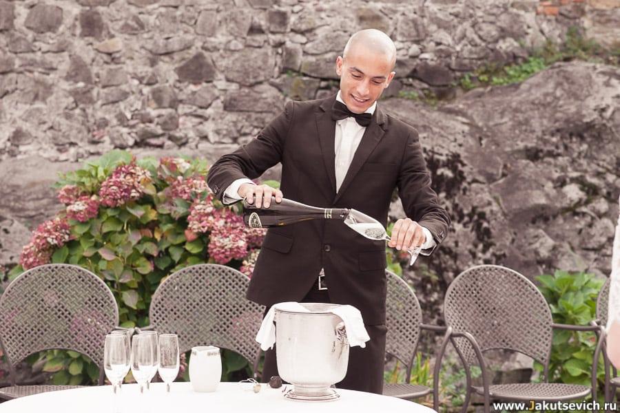 официант наливает шампанское