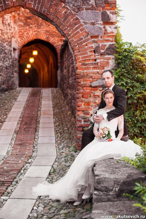 свадебная фотосессия вечером у стен средневекового замка