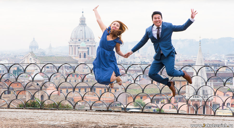 Счастливые жених и невеста в Риме фото в прыжке