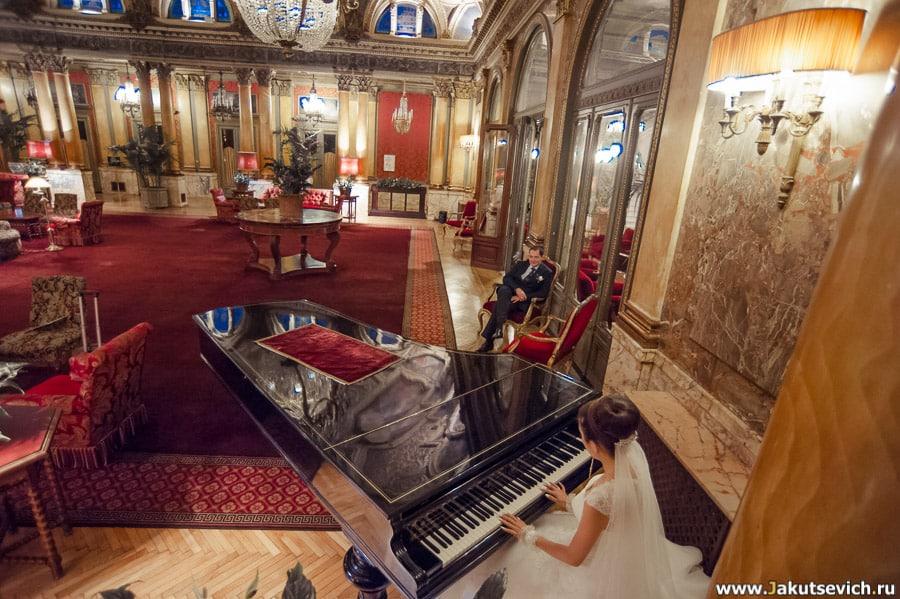 Невеста играет на рояле для жениха