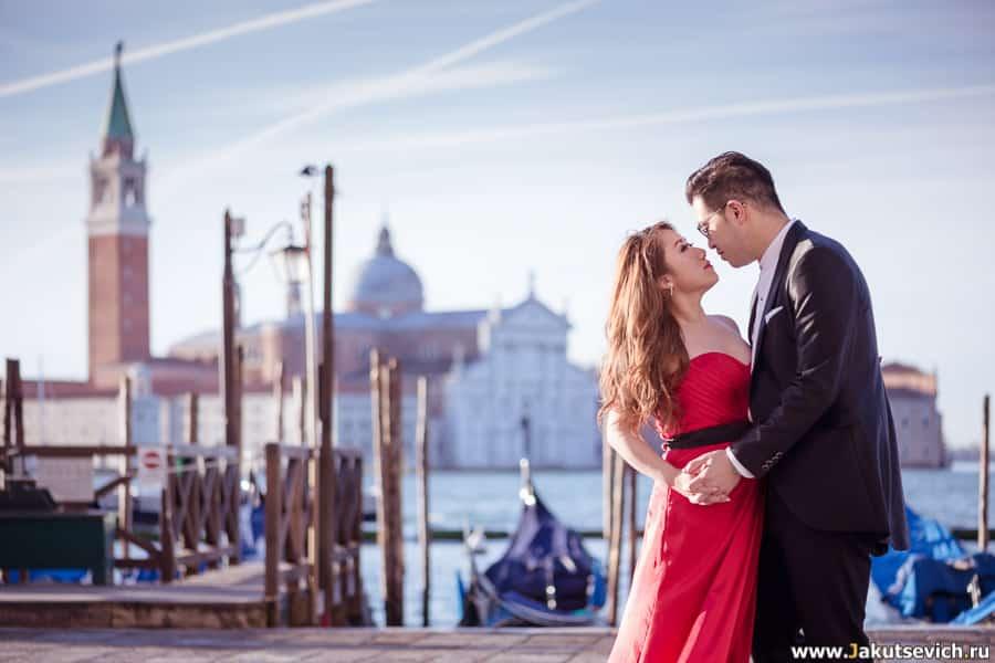 гондолы и влюбленные в Венеции на берегу Гранд Канала