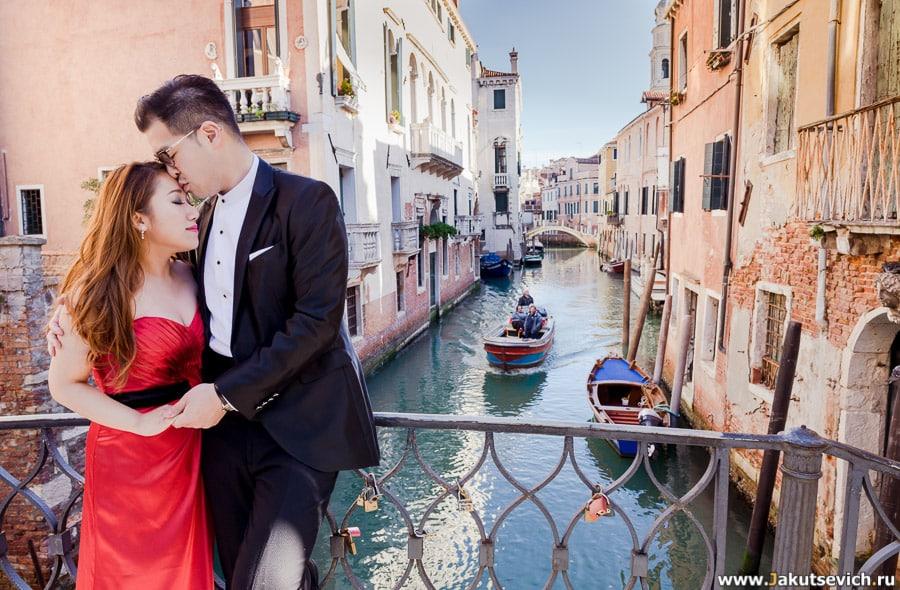 влюбленные на мосту в Венеции  улица канал
