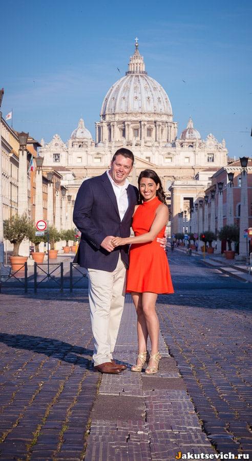 Фотография-открытка влюбленные на фоне собора святого Петра