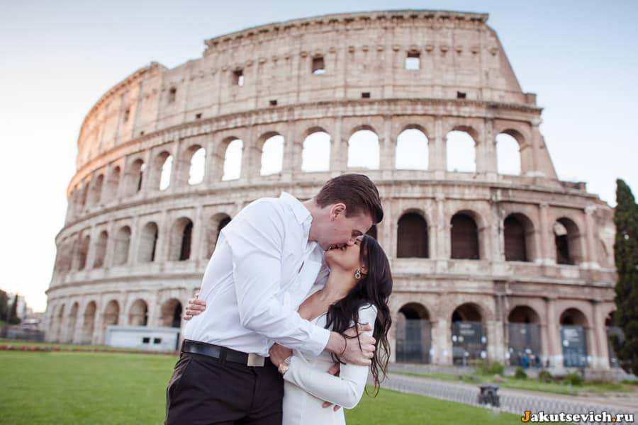 Фотосессия на фоне Колизея в Риме для влюбленных
