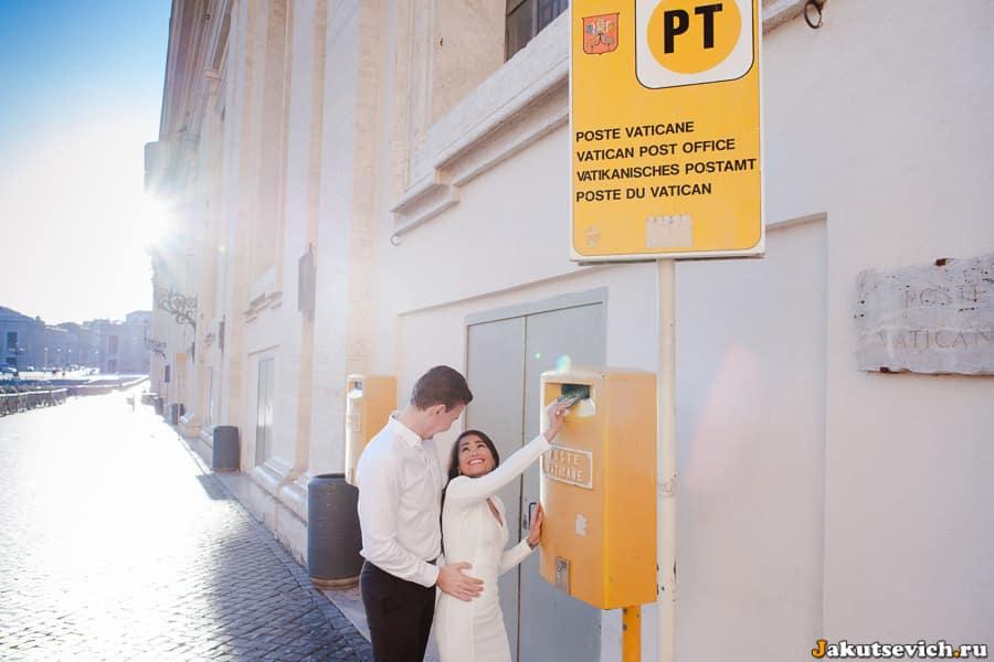 Ящик для писем и открыток желтого цвета почты Ватикана
