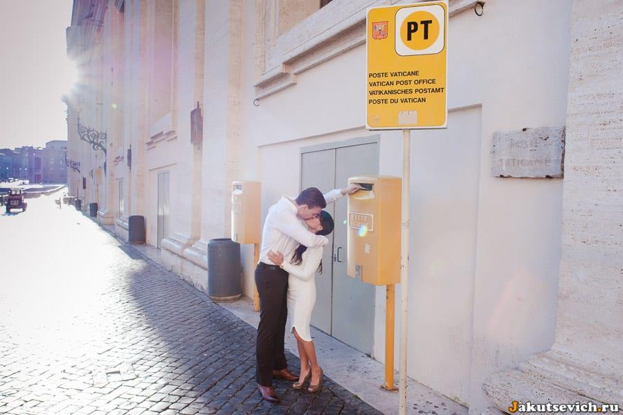 Влюбленные в Ватикане на площади святого Петра