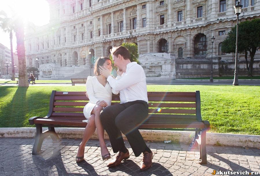 Влюбленные на Piazza Cavour в Риме