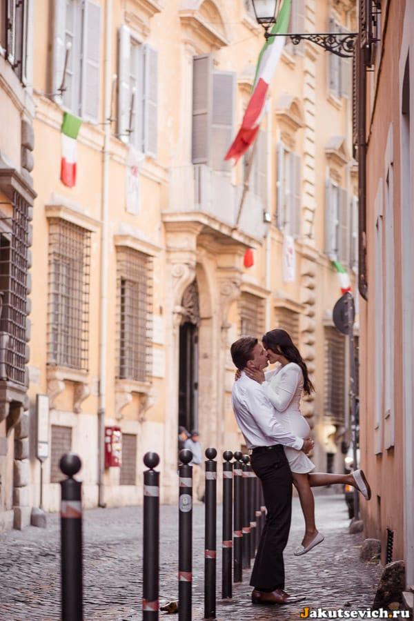 Влюбленные в Италии на фоне национального флага