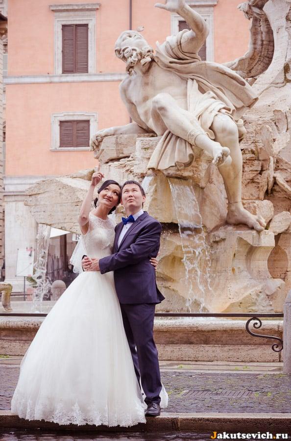 Фонтан четырех рек на площади Навона в Риме свадебная фотосессия в апреле