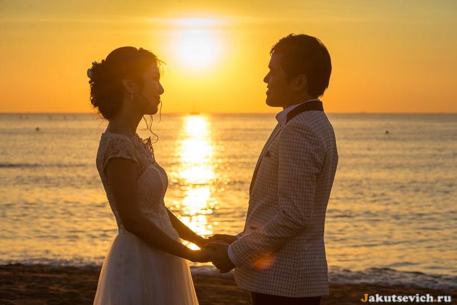 Жених и невеста на пляже в Барселоне