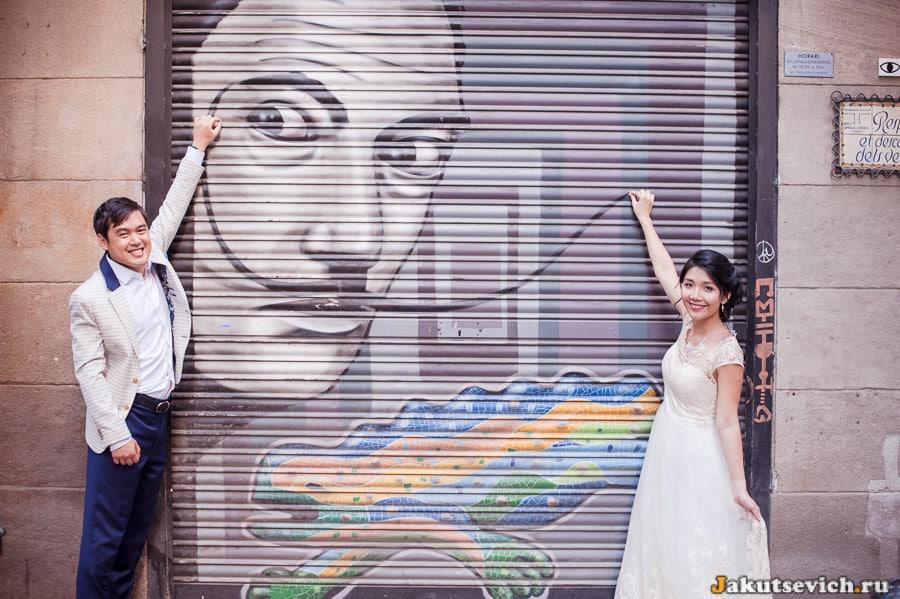 Граффити с Сальвадором Дали в Барселоне, жених и невеста