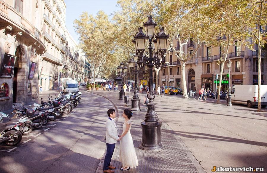 Свадебная фотосессия на бульваре Рамблас в Барселоне