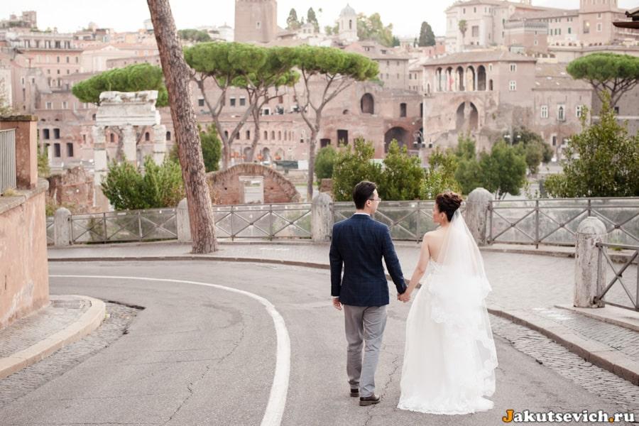 Жених и невеста идут у форуму Цезаря