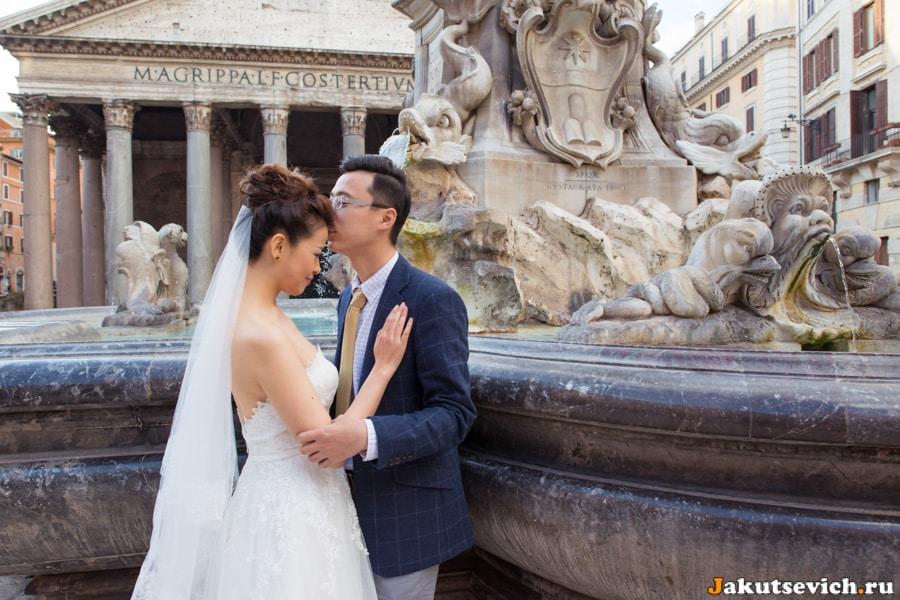 Фонтан и влюбленные на Piazza della Rotonda в Риме