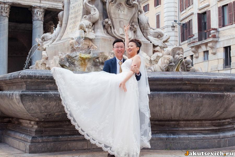 Счастливые жених и невеста у Пантеона в Риме