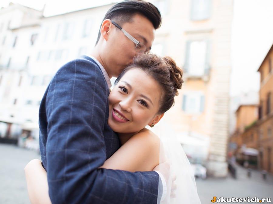 Жених и невеста в Риме на свадебной фотосессии