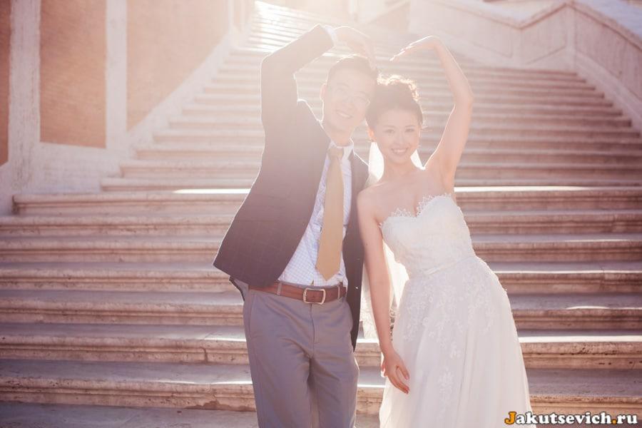 Счастливые влюбленные на испанской лестнице в Риме
