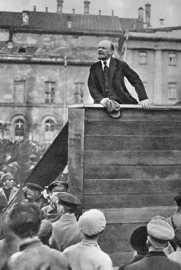 Ленин выступает на митинге