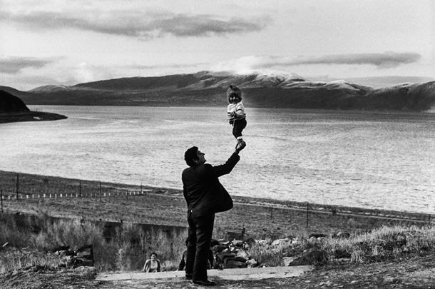 снимок мужчина с ребенком на руке