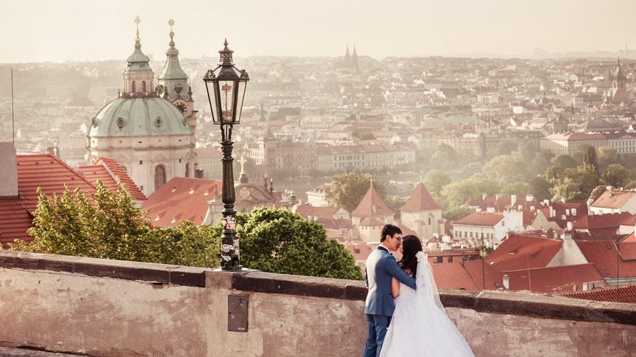 Свадебная фотосессия на фоне красных крыш Праги