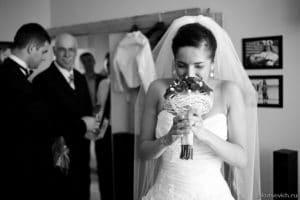 невеста и свадебный букет, эмоции невесты