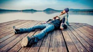 влюбленные зимой на озере