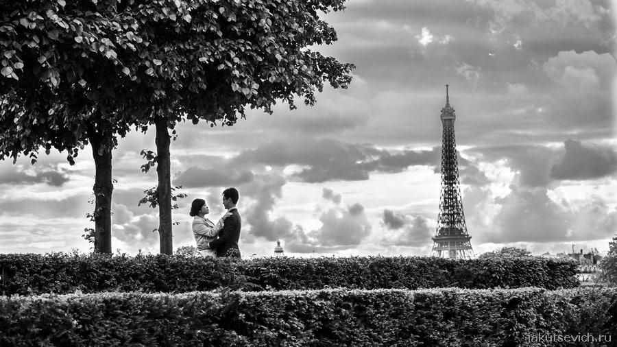 Красивая свадьба в Париже - Эйфелева башня вечером