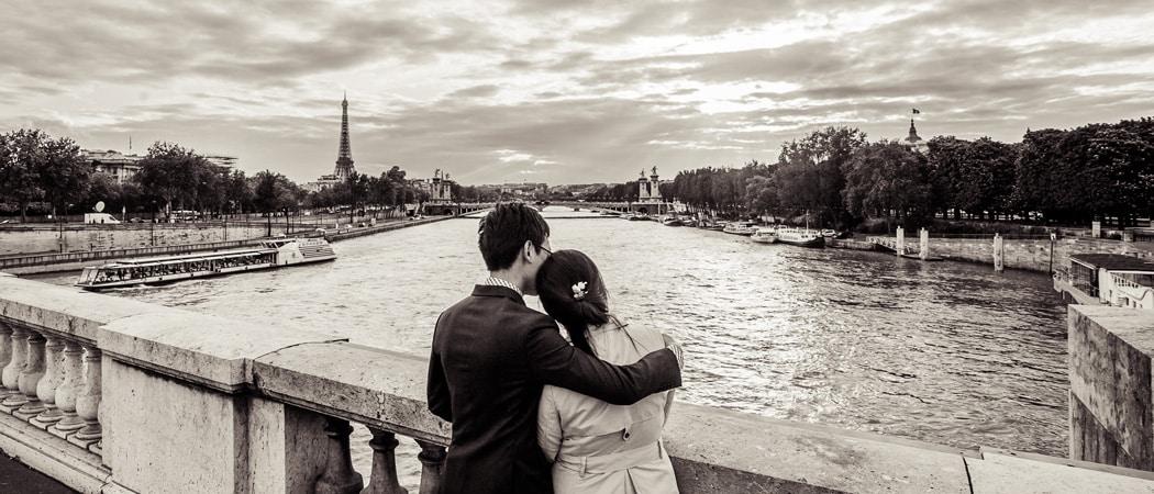 Влюбленные в Париже прогулка вечером с фотографом