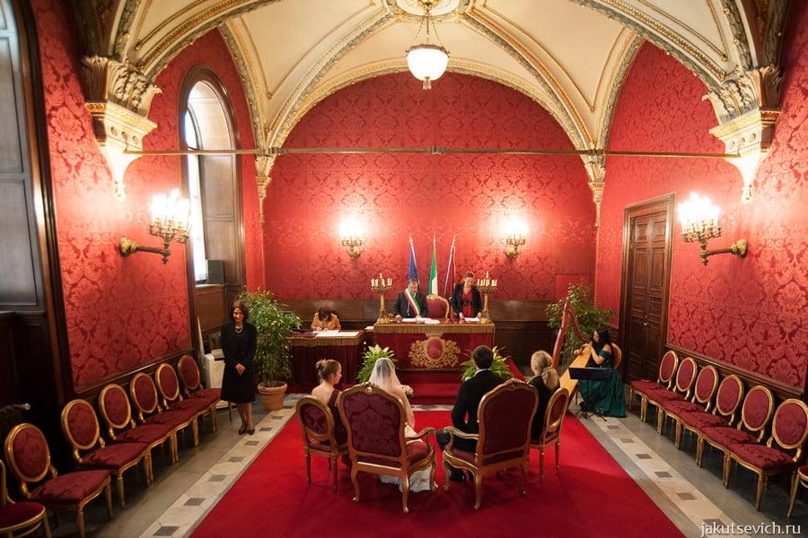 Свадебная церемония в Риме в красном зале Капитолия