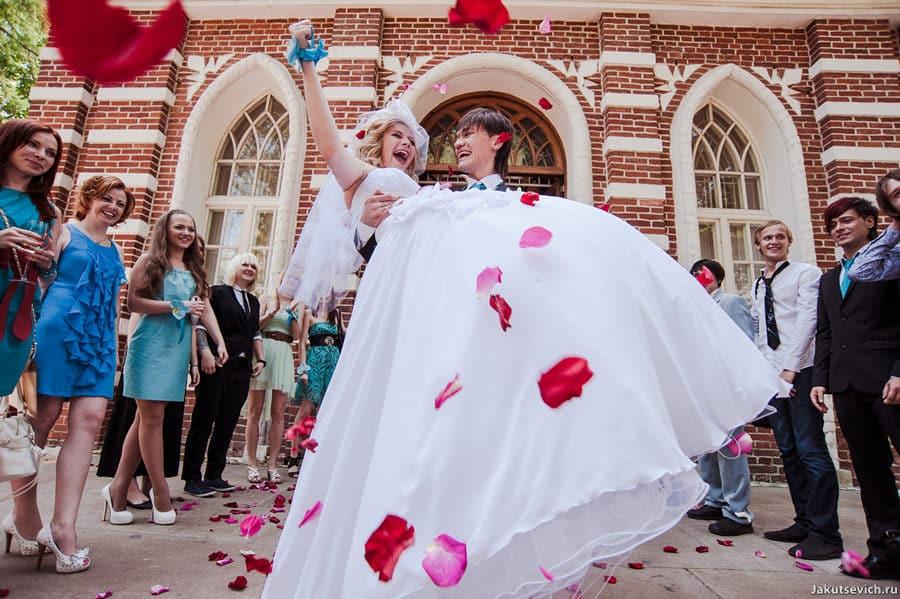 Свадьба в Москве - только что поженились - ура!