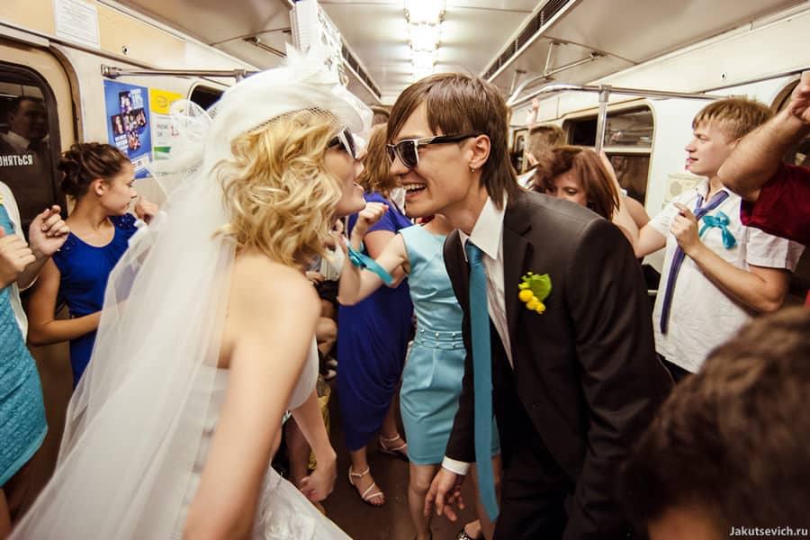 Позитивные свадебные фотографии в метро