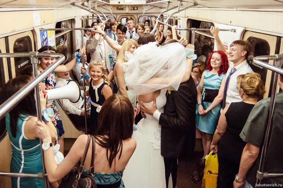 Жених и невеста на свадьбе в московском метро