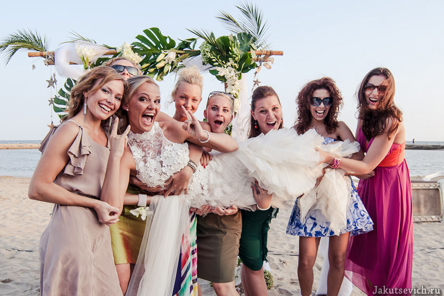 свадьба на пляже в Испании - невеста и подружки