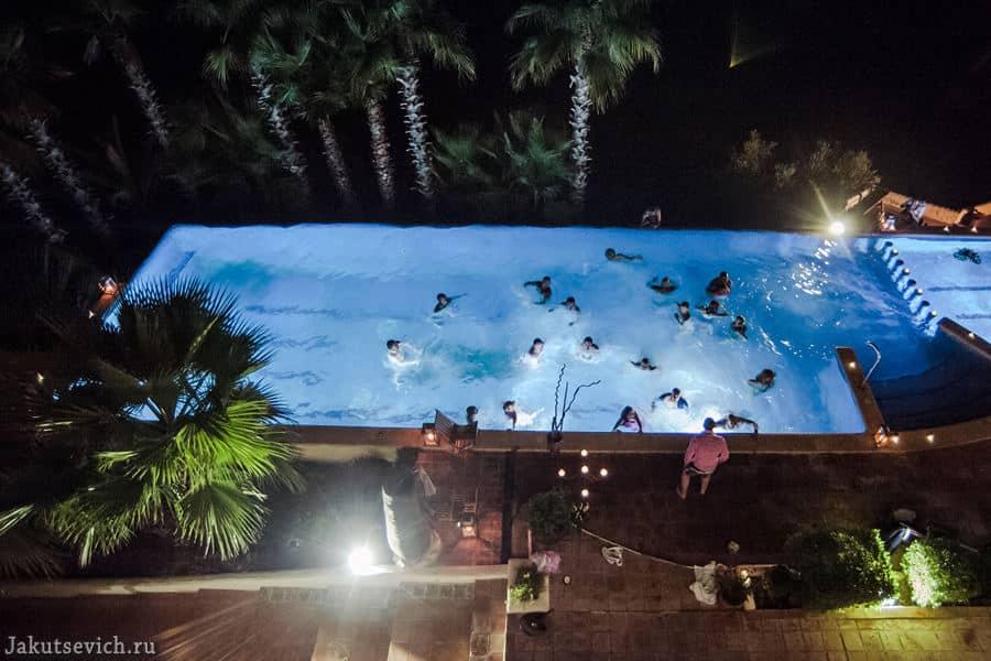 гости в бассейне - свадьба в Испании