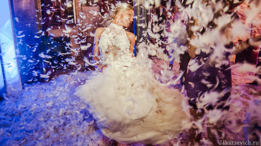 Красивая невеста на свадьбе в Испании