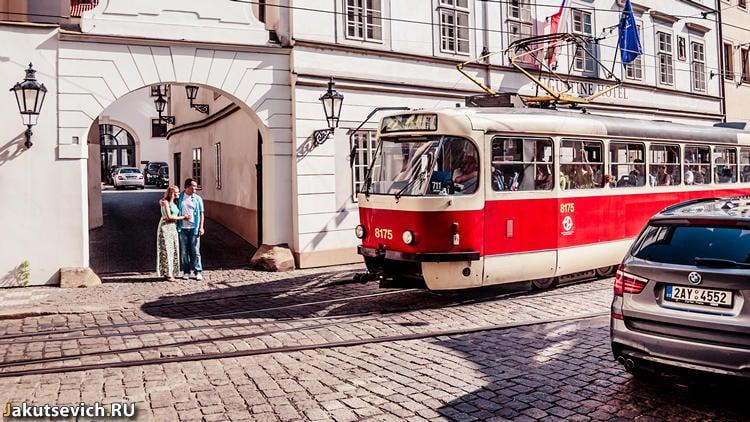 красный трамвай в Праге