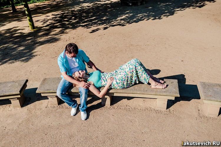 Утро в Праге - влюбленные в парке