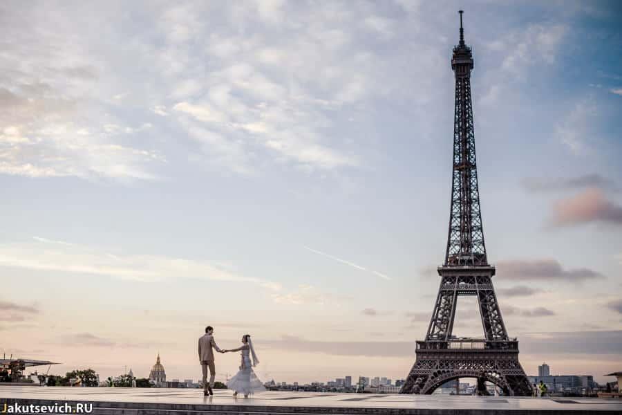 Свадебная фотосессия в Париже - смотровая площадка на Эйфелеву Башню