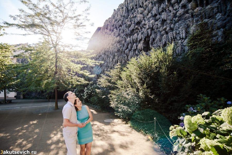 Стена со сталактитами в Вальдштейнском парке