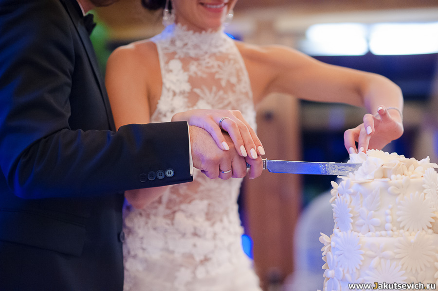Как резать свадебный торт
