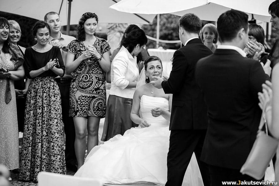 Невеста плачет от счастья