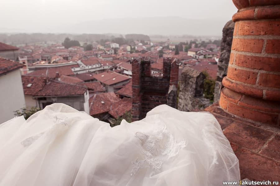 платье невесты и красивый вид на крыши
