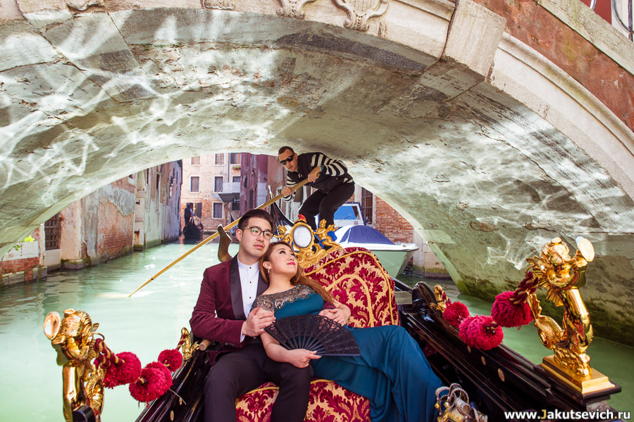 Гондольер проплывает под мостом в Венеции – фотосессия love story