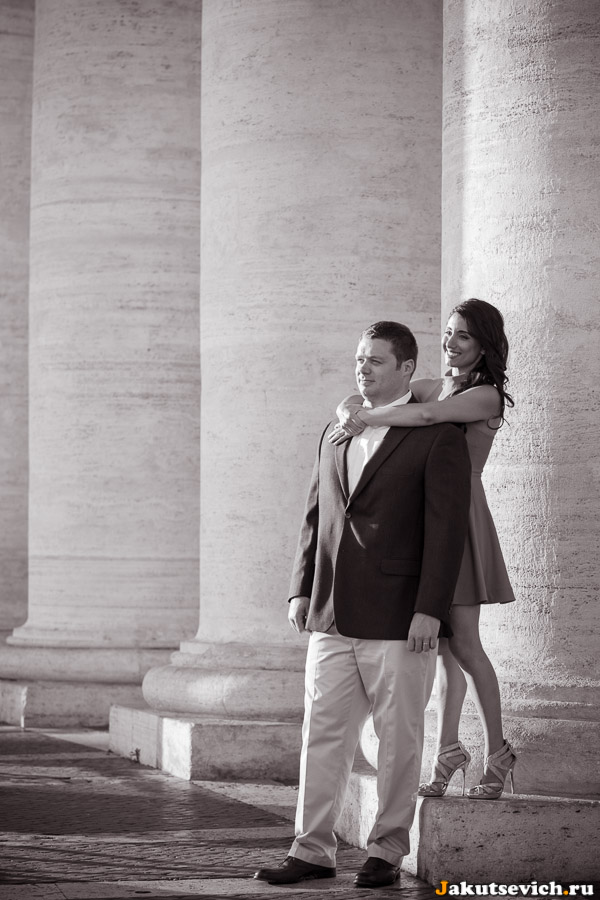 Влюбленные и колоннада Бернини на площади святого Петра