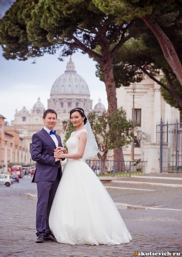 Свадебное фото на фоне Ватикана