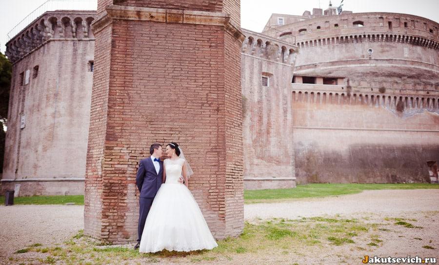 свадебная фотосессия у стены замка святого Ангела
