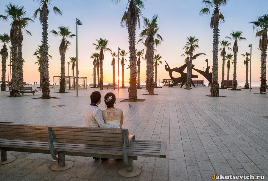 рассвет на набережной в Барселоне